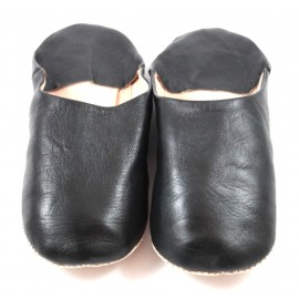 Babucha marroquí de cuero suave color negro
