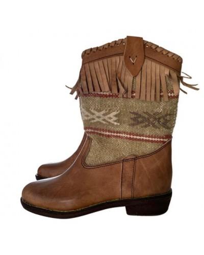 Botas de cuero y tapiz bereber Kilim con flecos