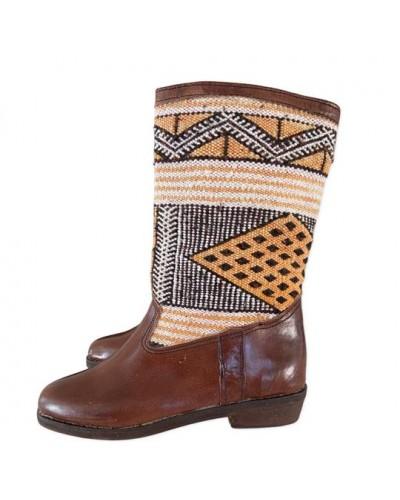 Botas de cuero y tapiz bereber Kilim marrón