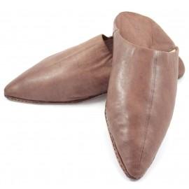 Babucha puntiaguda de cuero marrón para caballero